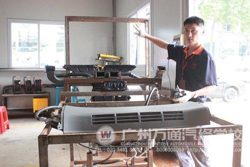 卢老师正在介绍汽车空调台架的构造,台架还差电路板没有安装好