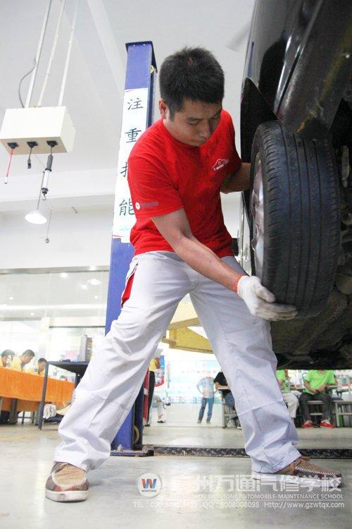 参赛选手在检查车辆后轮左右轴承高清图片